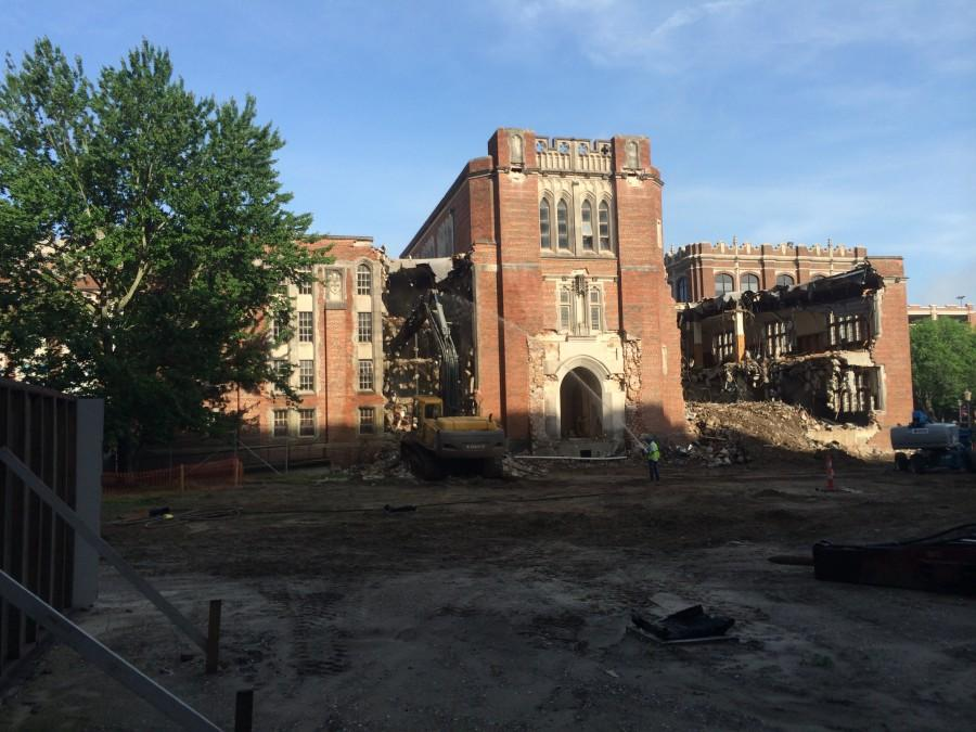 Construction+workers+begin+to+demolish+Loyola%27s+Old+Library