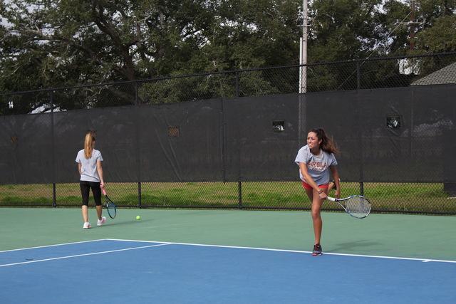 Nadja+Ochsner%2C+pre-med+freshman+and+Miranda+Cano%2C+biology+freshman+practice+at+City+Park.+The+tennis+season+is+now+in+full+swing.+Photo+credit%3A+Alliciyia+George