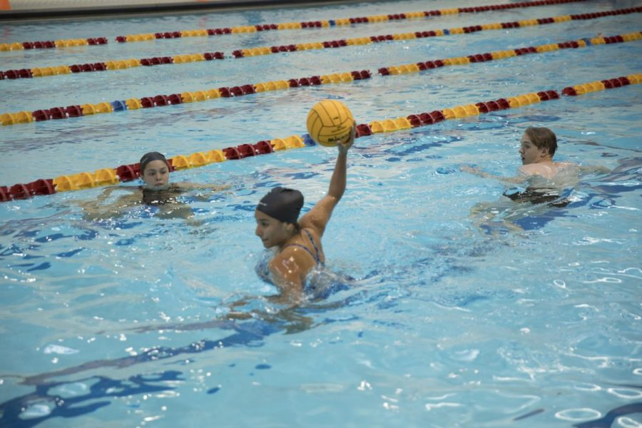 Dhalia+Martinez%2C+biology+sophomore%2C+takes+a+shot+at+a+water+polo+goal+during+practice+on+April+4%2C+2018.+Martinez+and+Aubrey+Palhegyi%2C+buisness+management+senior%2C+both+took+the+reigns+of+the+club+sport+when+their+coach+could+no+longer+attend+practice.+Photo+credit%3A+Cristian+Orellana