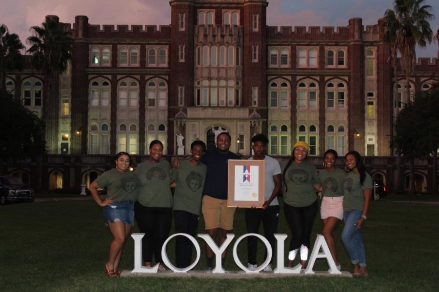 Executive+members+of+Black+Student+Union+join+together+in+front+of+Loyola+to+celebrate+the+organization%27s+50th+anniversary.+Black+Student+Union+Executive+Board%3A+%28left+to+right%29+Brealauna+Leassear%2C+Logan+Jackson%2C+Roshae+Gibson%2C+David+Collins%2C+Miles+Clark%2C+Brionna+Adams%2C+Jenkins+Brady%2C+and+Sterling+Holmes.+Photo+credit%3A+Erin+Haynes