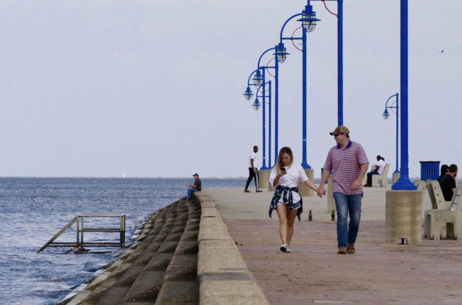 A+couple+strolls+along+the+sidewalk+by+Lake+Pontchartrain.+The+site+is+frequented+by+residents+for+its+natural+beauty.+Photo+credit%3A+Andres+Fuentes