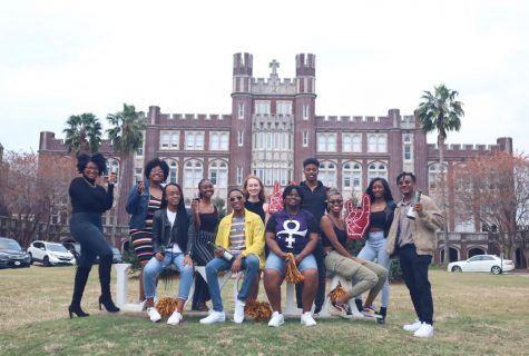 Students pose in front of Loyola