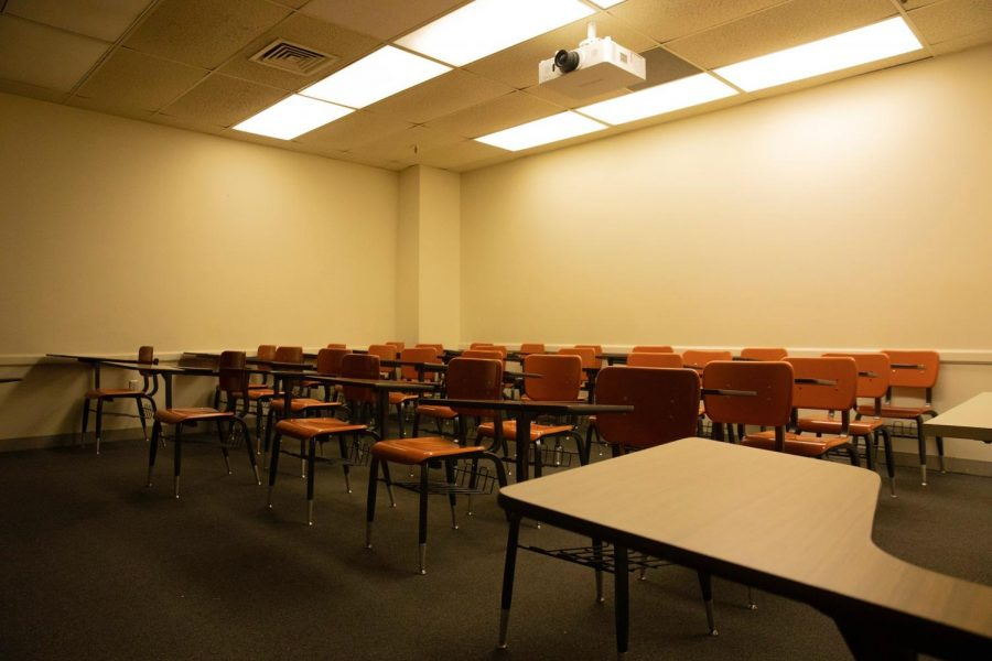 An+empty+classroom+on+Loyola%27s+campus+on+the+day+classes+were+moved+online.+Students+will+have+until+April+26+to+opt+into+the+Pass%2FFail+option.+Photo+credit%3A+Cristian+Orellana