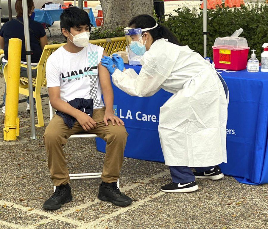 Moises+Lopez+of+Los+Angeles+receives+a+flu+shot+from+Jessica+Zhou+of+USC+as+people+receive+free+flu+shots+during+a+walk+up+and+drive+thru+clinic+in+Los+Angeles+on+Saturday%2C+Oct.+10%2C+2020.+%28Keith+Birmingham%2FThe+Orange+County+Register+via+AP%29