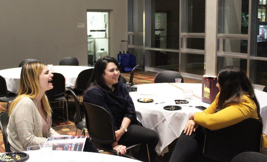 Unas estudiantes de Loyola hablan con AnaMaria Bech, fundadora y editora de la revista VIVA NOLA, en el evento